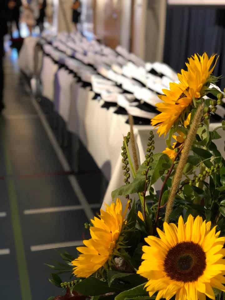 Kukkia ja ylioppilaslakkeja
